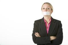 Geschäftsfrau mit ihrem Mund auf Band aufgenommen geschlossen Lizenzfreie Stockfotografie