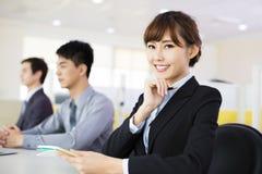 Geschäftsfrau mit ihrem Personal lizenzfreie stockfotografie