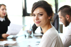 Geschäftsfrau mit ihrem Personal, Leutegruppe im Hintergrund Lizenzfreie Stockbilder
