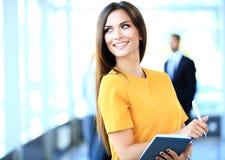 Geschäftsfrau mit ihrem Personal, Leutegruppe im Hintergrund Stockfoto