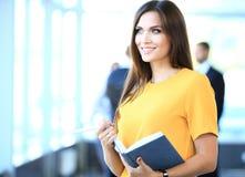 Geschäftsfrau mit ihrem Personal, Leutegruppe im Hintergrund stockbild