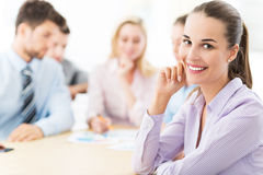 Geschäftsfrau mit ihrem Team Lizenzfreie Stockfotos