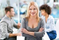 Geschäftsfrau mit ihrem Team Lizenzfreies Stockfoto