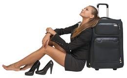 Geschäftsfrau mit ihren Schuhen weg vom Sitzen nahe bei Lizenzfreies Stockbild