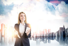 Geschäftsfrau mit Kaffee in einer Stadt Lizenzfreies Stockfoto