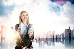 Geschäftsfrau mit Kaffee in einer Stadt, Wolkenkratzer am foregroun Stockfotografie