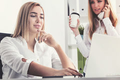 Geschäftsfrau mit Kaffee und ihrem Kollegen Stockfotos