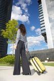 Geschäftsfrau mit Koffer und Geschäftsgebäude Stockfoto