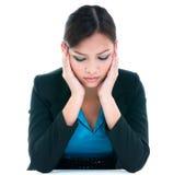 Geschäftsfrau mit Kopf auf Händen Lizenzfreie Stockfotografie