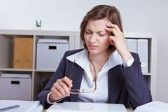 Geschäftsfrau mit Kopfschmerzen lizenzfreie stockfotografie