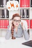 Geschäftsfrau mit Kopfschmerzen im Büro Lizenzfreie Stockfotografie