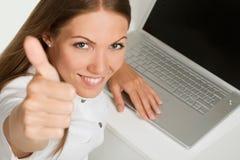 Geschäftsfrau mit Laptop Lizenzfreie Stockfotografie