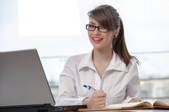 Geschäftsfrau mit Laptop Lizenzfreies Stockfoto
