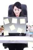 Geschäftsfrau mit Laptop und klebriger Anmerkung Lizenzfreie Stockfotos