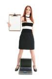 Geschäftsfrau mit Laptop und Klemmbrett Lizenzfreies Stockfoto