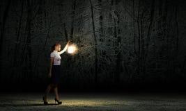 Geschäftsfrau mit Laterne Stockfotografie
