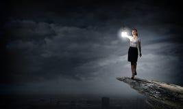 Geschäftsfrau mit Laterne Lizenzfreie Stockbilder