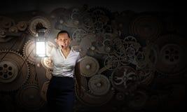 Geschäftsfrau mit Laterne Stockbild