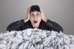 Geschäftsfrau mit Los zerknittertem Papier Stockbild