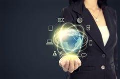 Geschäftsfrau mit Medien des globalen Netzwerks Lizenzfreies Stockfoto