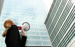 Geschäftsfrau mit Megaphon Stockbilder
