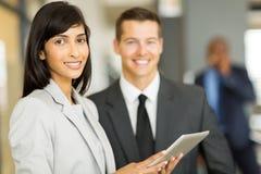 Geschäftsfrau mit Mitarbeiter Lizenzfreie Stockfotos