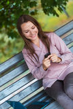 Geschäftsfrau mit Mobiltelefon und Laptop Stockfotos