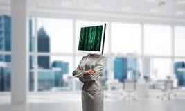 Geschäftsfrau mit Monitor anstelle des Kopfes Stockbild