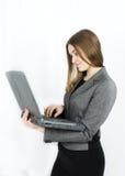 Geschäftsfrau mit Notizbuch auf weißem Hintergrund Lizenzfreie Stockbilder