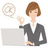 Geschäftsfrau mit OKAYhaltung Stockfoto