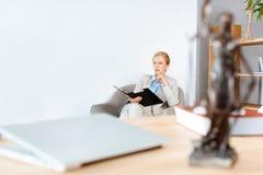 Geschäftsfrau mit Ordner von Dokumenten Lizenzfreie Stockfotos