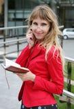 Geschäftsfrau mit Organisator lizenzfreie stockfotos