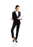 Geschäftsfrau mit Papieranmerkungen Lizenzfreies Stockfoto