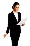 Geschäftsfrau mit Papieranmerkungen Lizenzfreies Stockbild
