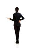 Geschäftsfrau mit Papierblatt Stockfoto