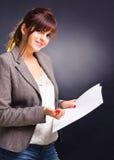 Geschäftsfrau mit Papieren Stockfoto