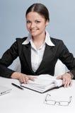 Geschäftsfrau mit persönlichem Organisator des Tagebuchs Lizenzfreie Stockfotografie