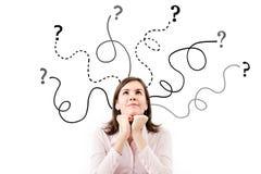 Geschäftsfrau mit Pfeilen und Fragen unterzeichnen oben lokalisiert auf weißem Hintergrund. Stockbilder