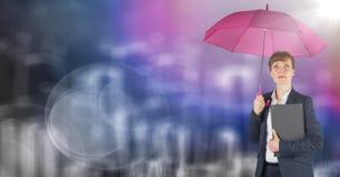 Geschäftsfrau mit Regenschirm gegen undeutliche purpurrote Wand mit Stadtgekritzel und -aufflackern Stockfoto