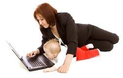 Geschäftsfrau mit Schätzchen lizenzfreie stockbilder