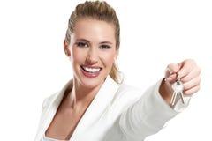 Geschäftsfrau mit Schlüsseln einer Wohnung Stockfotografie