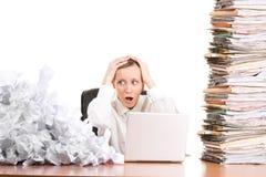Geschäftsfrau mit Schreibarbeit Lizenzfreie Stockfotos