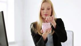 Geschäftsfrau mit Sparschwein und Geld stock footage