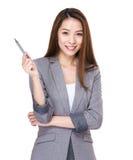 Geschäftsfrau mit Stift oben Lizenzfreies Stockbild