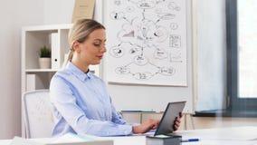 Geschäftsfrau mit Tablet-Computer-Arbeiten im Büro stock video footage