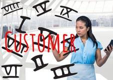 Geschäftsfrau mit Taschenrechner römische Zahlen und KUNDEN auf dem Schirm schreibend Lizenzfreies Stockbild