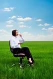 Geschäftsfrau mit Tasse Kaffee auf der Wiese Lizenzfreie Stockfotografie