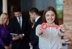 Geschäftsfrau mit Taste Lizenzfreies Stockfoto