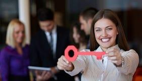 Geschäftsfrau mit Taste Stockbild