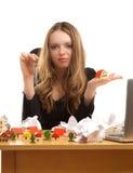 Geschäftsfrau mit Tasten und Spielzeughaus im Büro Stockfotografie